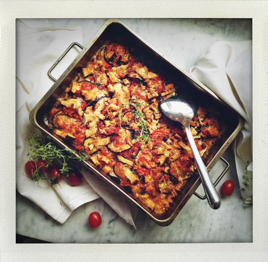 Gratäng med aubergine, tomat, mozzarella och lite gammalt bröd