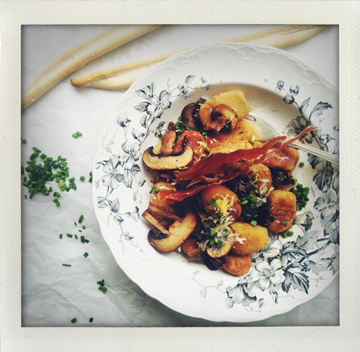 Hemmagjorda gnocchi med svamp, citron och gräslök