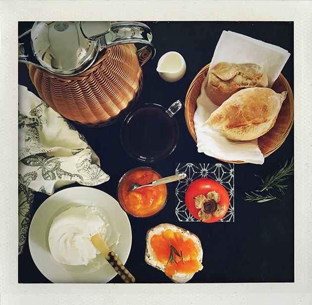 Frukostmacka med kaki, ricotta och rosmarin