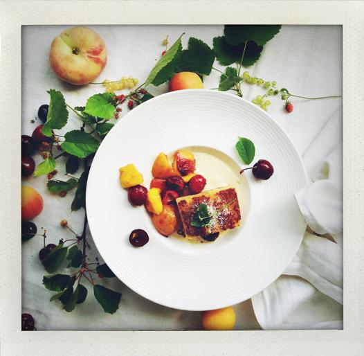 Rostad sockerkaka med fruktkompott och vaniljfluff