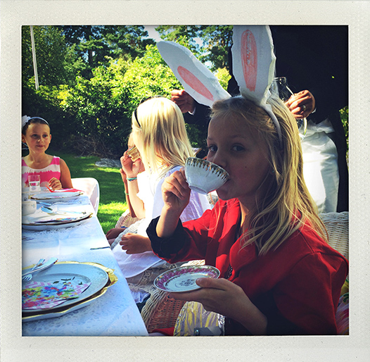 Mad Hatter's Tea Party, Alice i Underlandet, Alice in Wonderland, Alice, Hattmakaren, Hattmakarn, Kanin, Den vita kaninen, Mad Hatter, White Rabbit, Alice, tebjudning, Afternoon Tea, Tea Party, Garden, trädgård, bjudning, sommar, kalas, maskerad, tema, fest, I huvudet på Elvaelva.