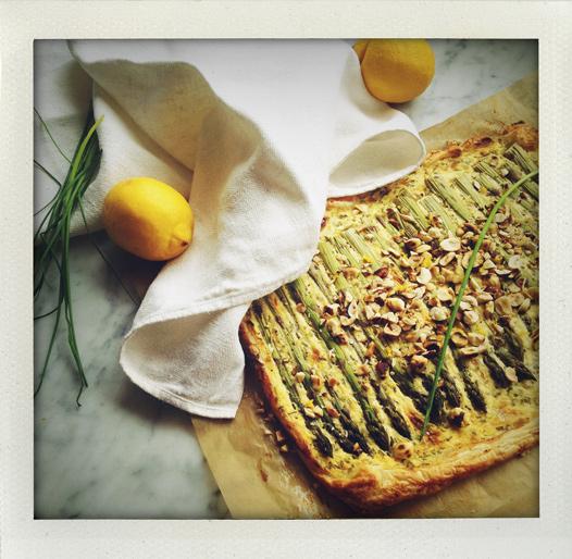 Frasig sparrispaj med parmesan, gräslök, citron, senap och hasselnötter