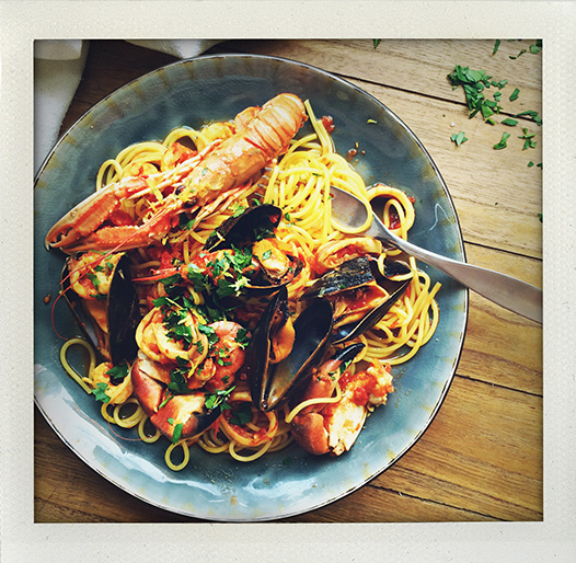 Frutti di mare, spagetti, spaghetti, pasta, marinara, skaldjur, sea food, saffran, saffron, zafferano, räkor, shrimps, bläckfisk, octopus, squid, polpo, prezzemolo, persilja, parsley, liguria, camogli, recipe, recept, I huvudet på Elvaelva