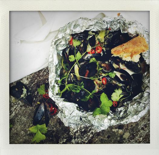 Grillade blåmusslor med kokosmjölk, lime, chili och koriander