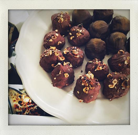 Gräddbullar med lakritspulver och rostade hasselnötter