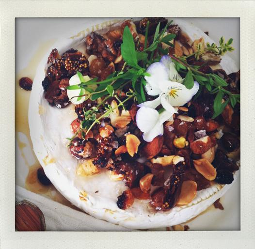 Grillad brieost med nötter och frukt